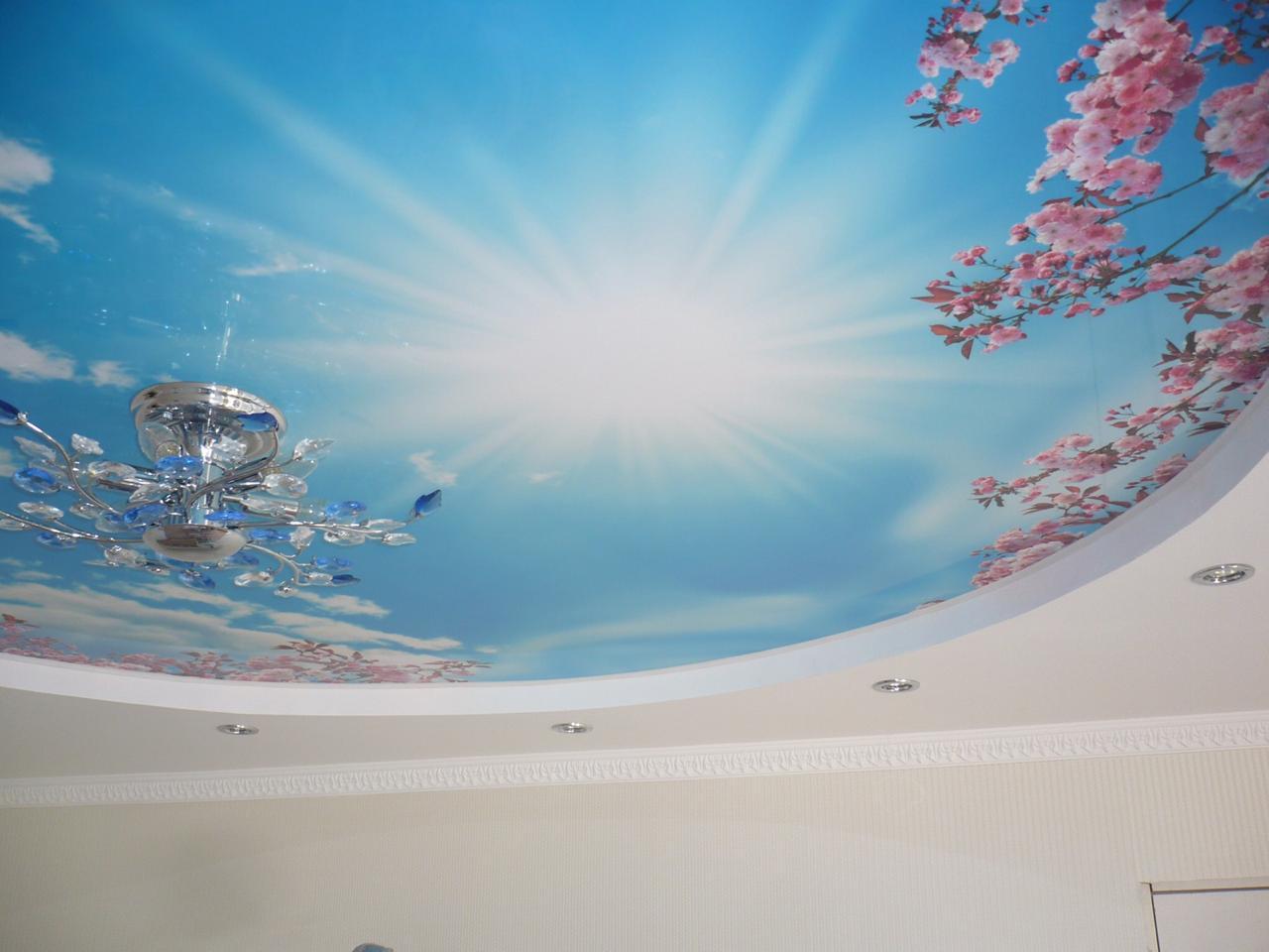 Многоуровневый дизайнерский потолок с подсветкой и люстрой и плинтусом