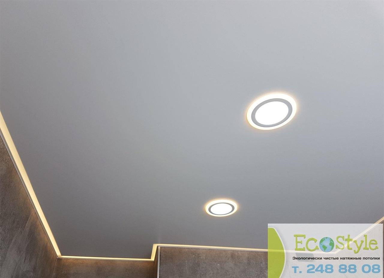 Бесшовный одноуровневый потолок с точечными светильниками мощностью 10 Вт.