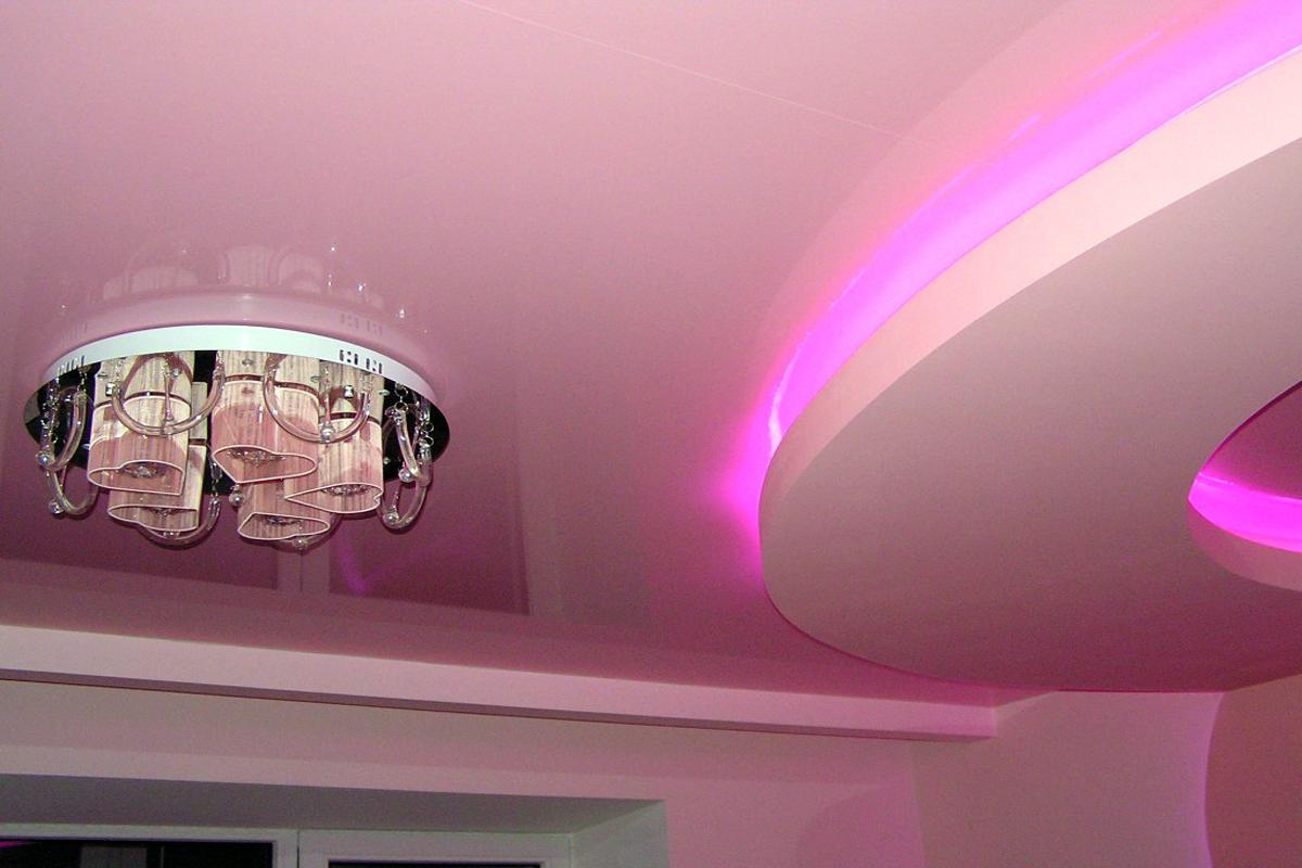 Многоуровневый классический круглый потолок с люстрой, площадь комнаты 18кв.м