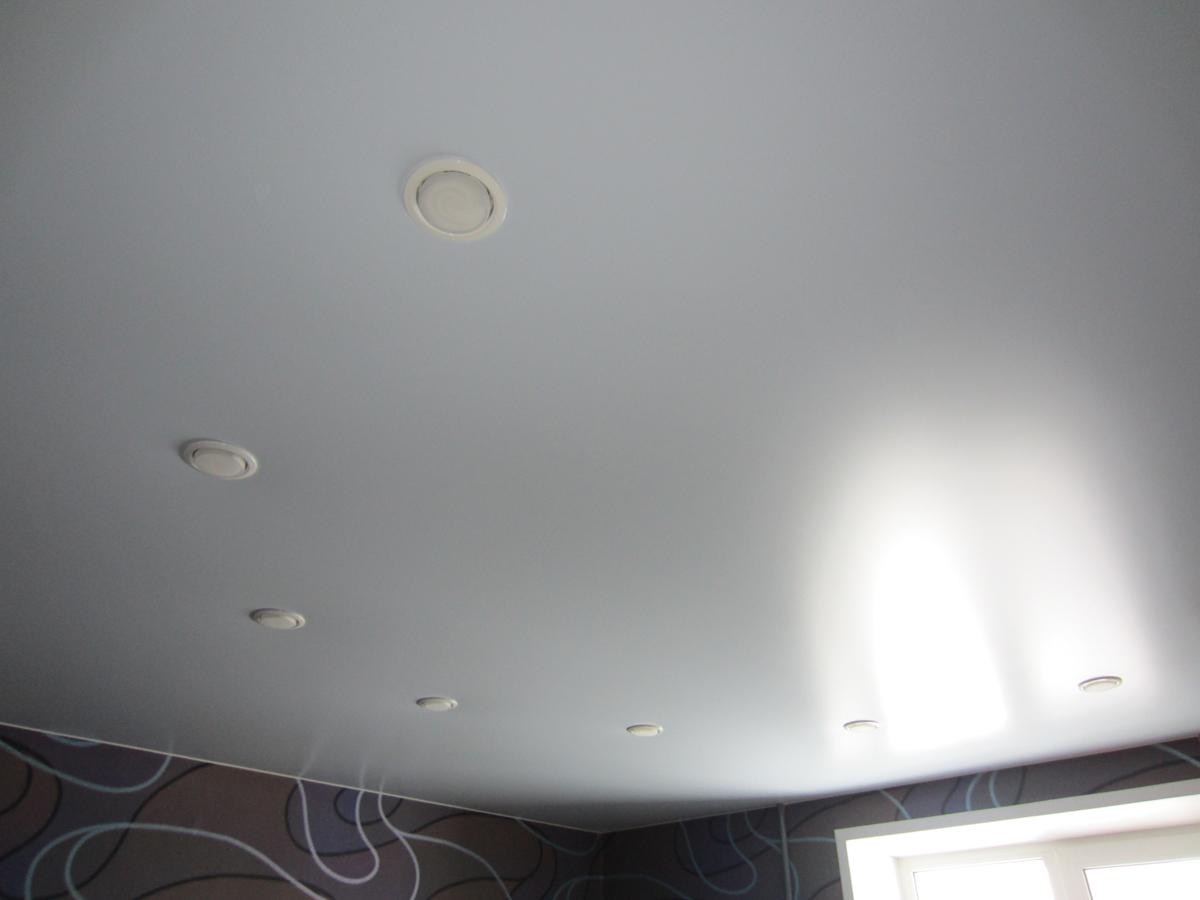 Бесшовный одноуровневый потолок в гостиной, площадь помещения 15 кв.м
