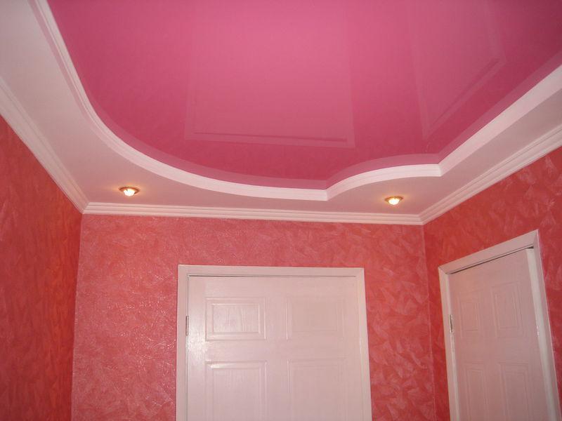 Сочетание матового и глянцевого потолка, двухуровневый, криволинейный потолок