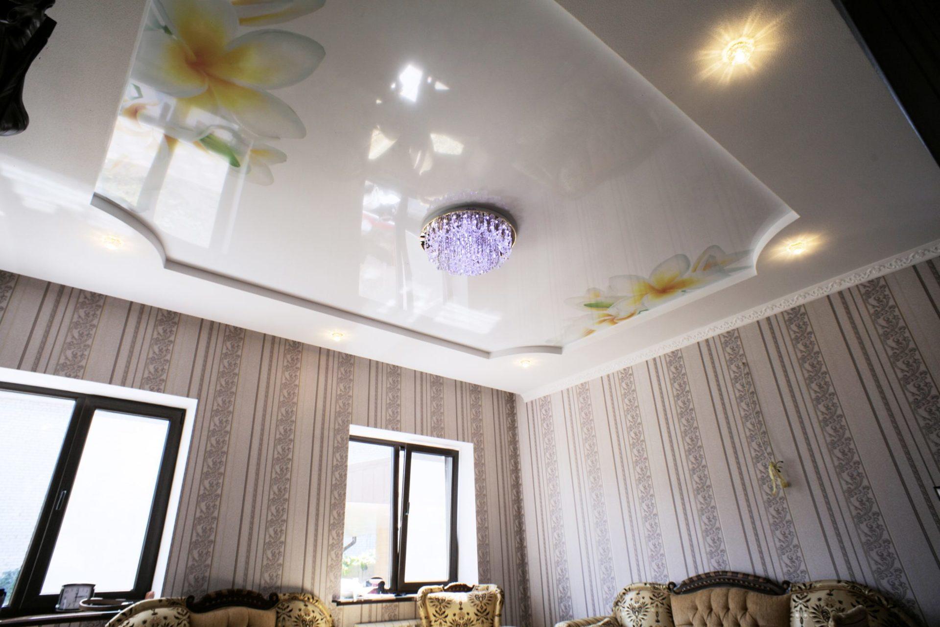 Многоуровневый потолок с сочетанием матовой и глянцевой фактуры, с люстрой и светильниками
