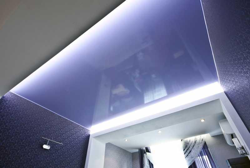 Одноуровневый бесшовный глянцевый потолок с точечными светильниками мощностью 10 Вт