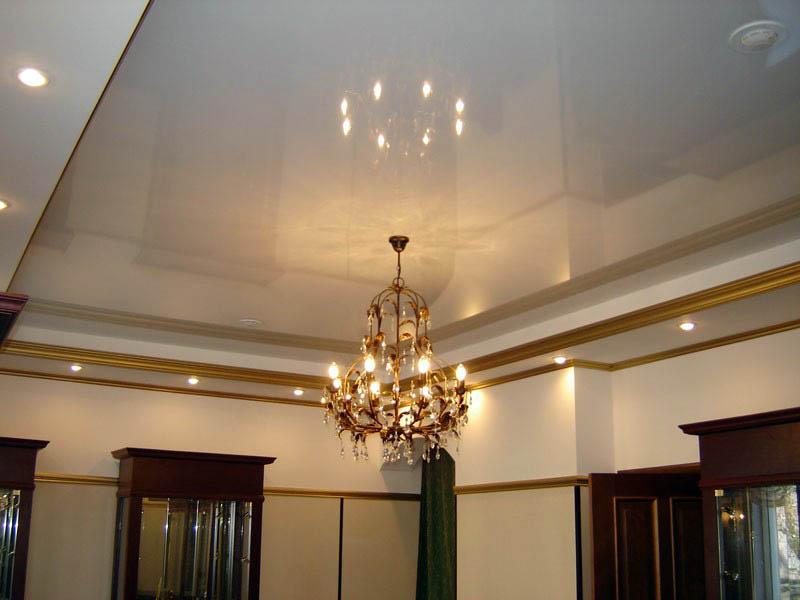 Двухуровневый потолок с точечными светильниками и люстрой
