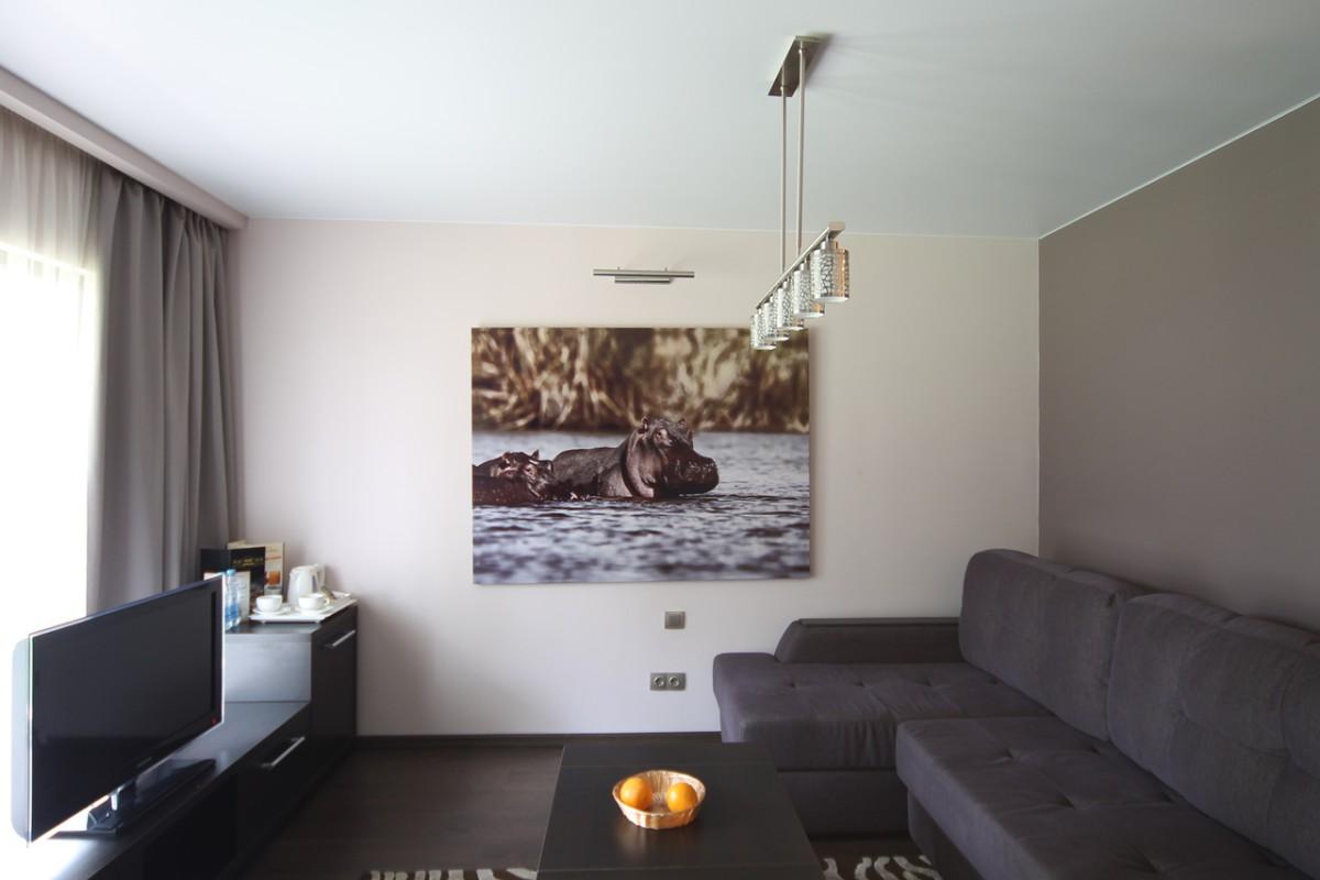 Бесшовный одноуровневый экологический потолок с плинтусом и люстрой