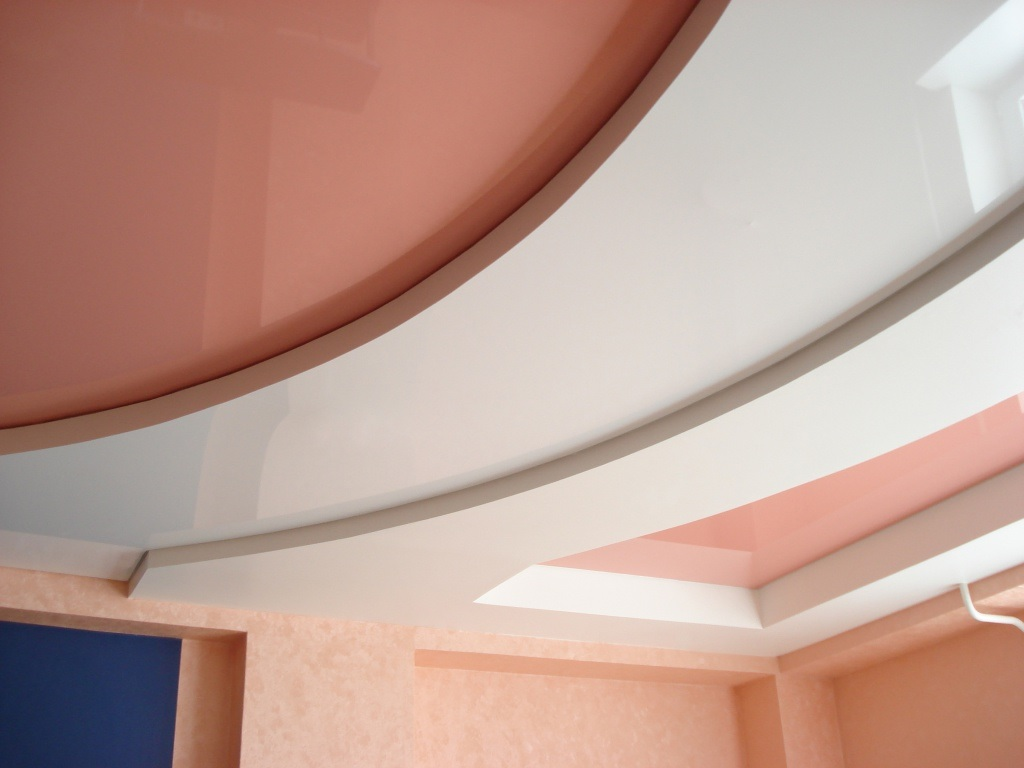Сочетание матового и глянцевого потолка, площадь комнаты 20 кв.м