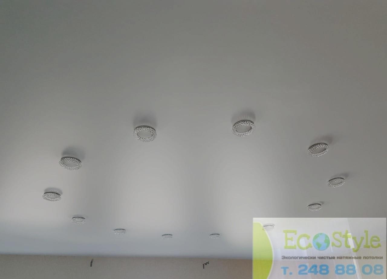 Бесшовный современный потолок со встроенными светильниками мощностью 10Вт, площадь комнаты 13кв.м
