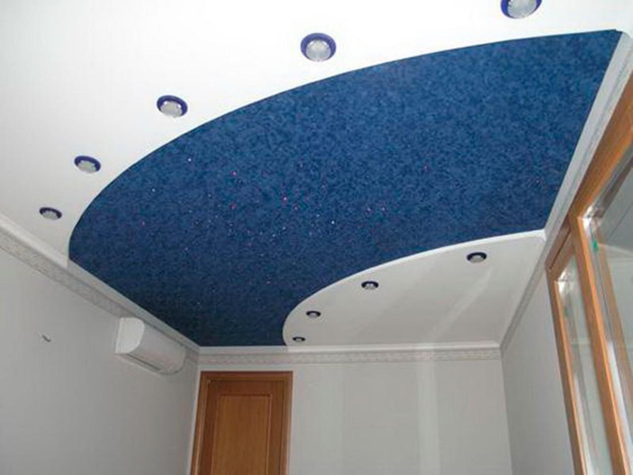 Двухуровневый стильный криволинейный потолок с точечными светильниками мощностью 8 Вт