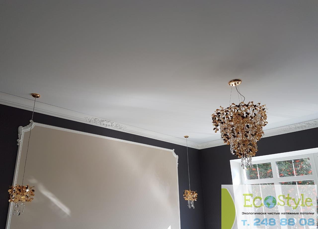 Классический одноуровневый бесшовный потолок с люстрой, площадь комнаты 17кв.м