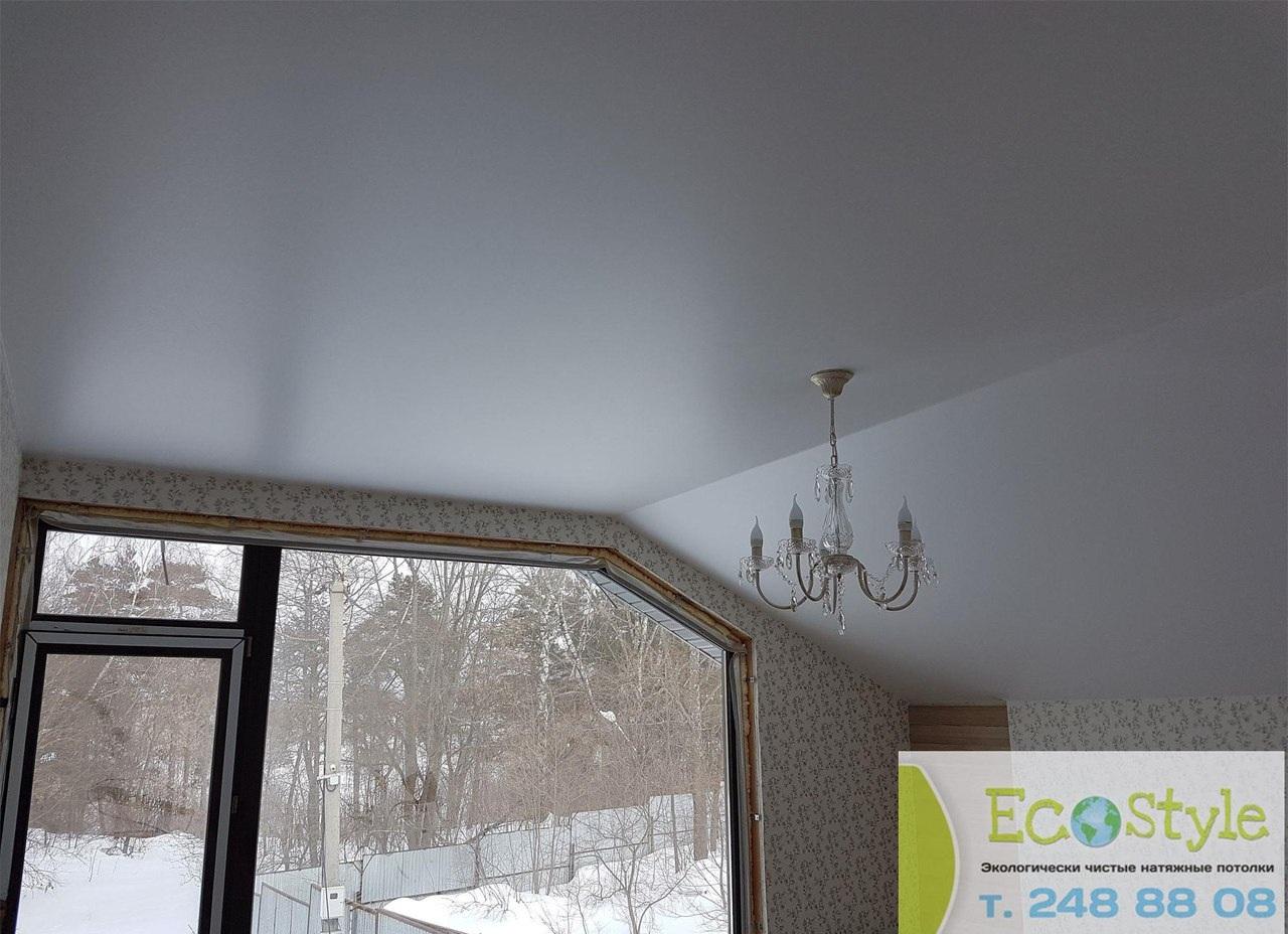 одноуровневый потолок белый с люстрой на мансарде, площадь комнаты 8 кв.м