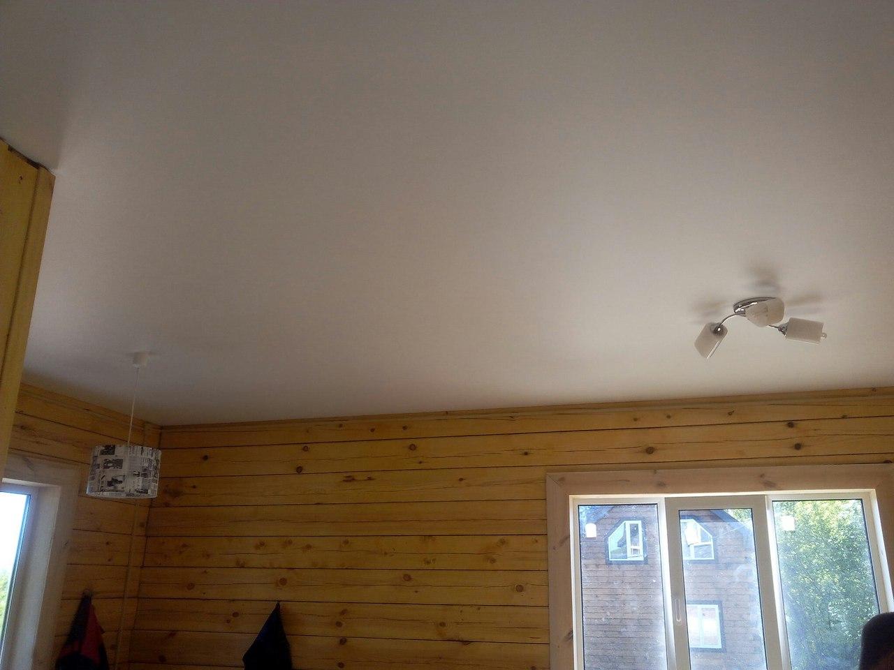 Бесшовный классический белый потолок с люстрами, площадь комнаты 18 кв.м