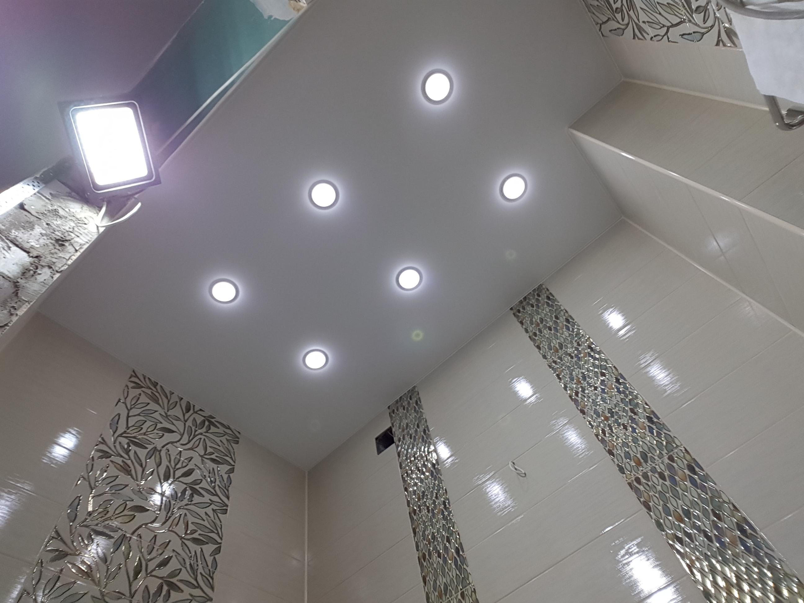 Современный потолок бесшовный с точечными светильниками, площадь помещения 9 кв.м