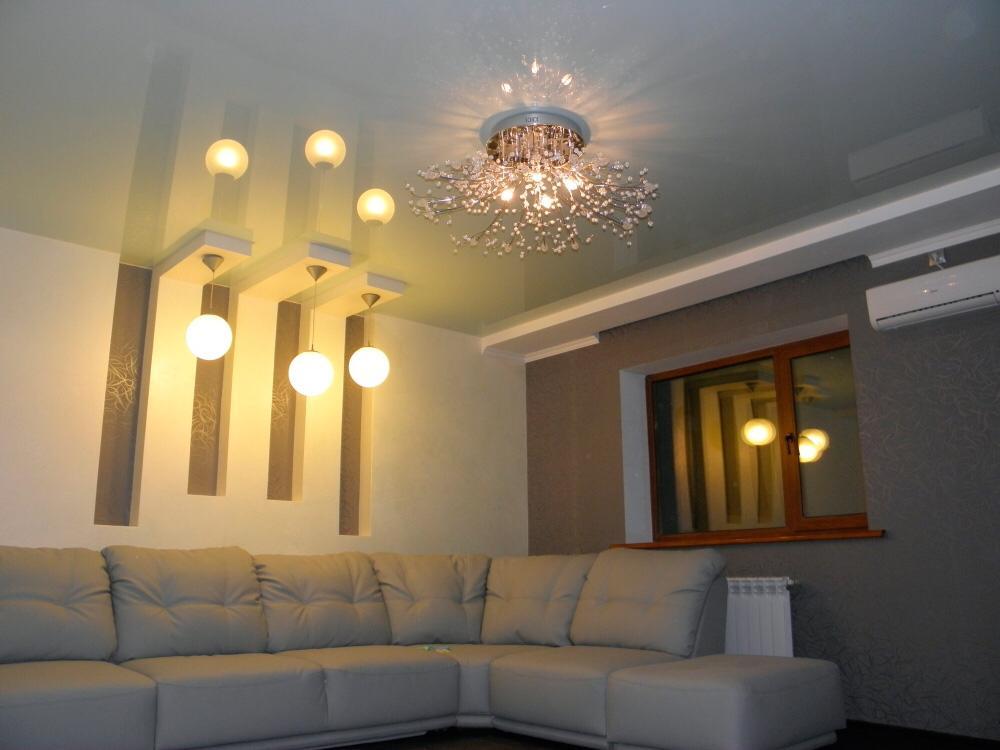 Стильный потолок, одноуровневый с люстрой, площадь потолка 14кв.м