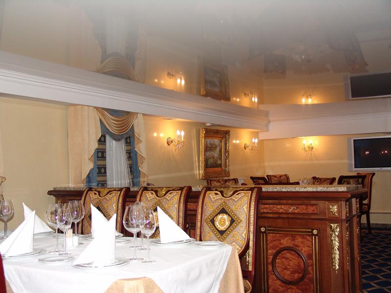 Бесшовный  одноуровневый потолок, площадь помещения 30 кв.м, высота потолка 2,5м