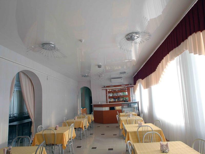 Экологический бесшовный потолок с люстрами и плинтусом в помещении 14 кв.м