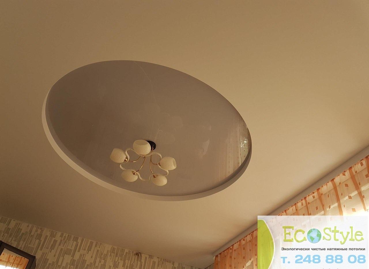 Бежевый  потолок в два уровня сделан в виде круга и с люстрой посередине. Площадь круга 4 кв.м