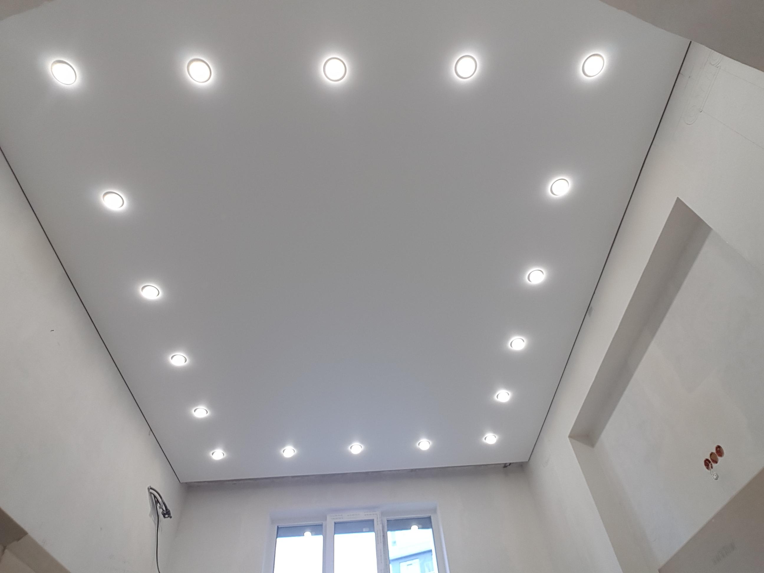 Белый потолок, высота 2,5 м, площадь комнаты 12 кв.м