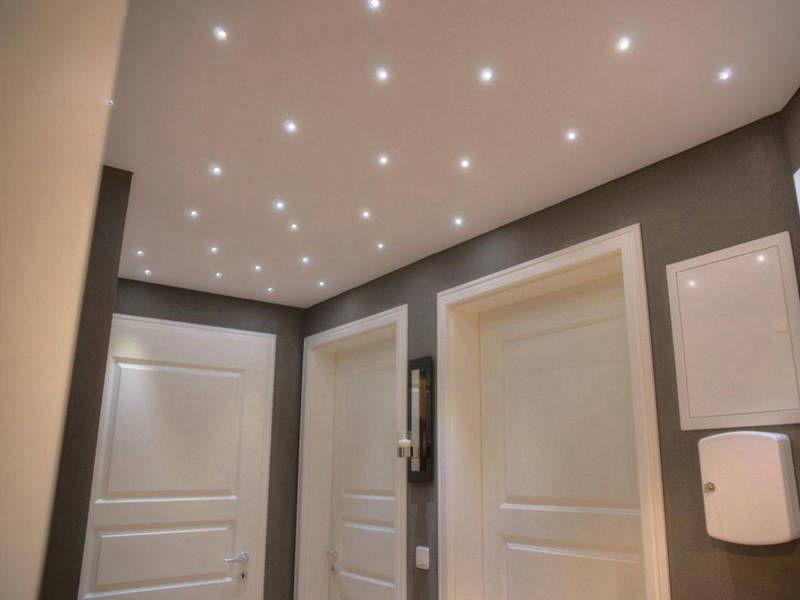 Эксклюзивный светлый потолок с множеством светильников, площадь потолка 7кв.м