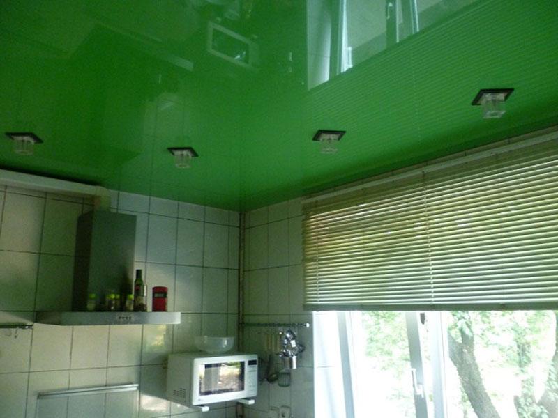 Потолок одноуровневый бесшовный, высота потолка 2.2 м, длина 4 м, ширина 3 м