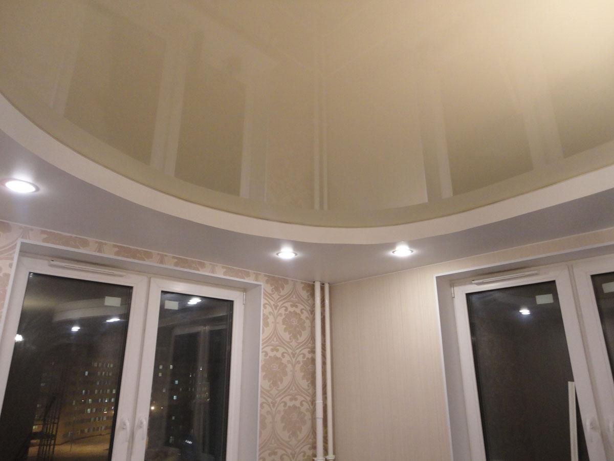 Двухуровневый, полукруглый светлый потолок в зал