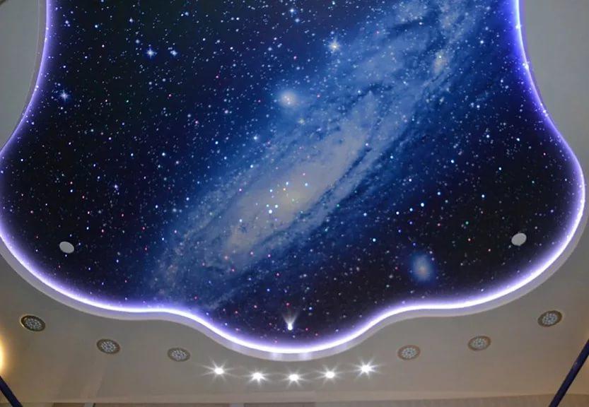Потолок со световыми линиями, площадь комнаты 10 кв.м