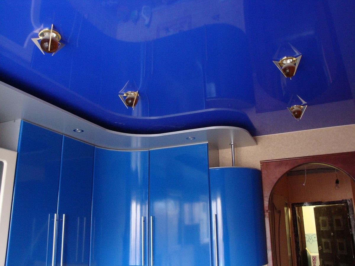 Потолок со светильниками, площадь кухни 7 кв.м, высота потолка 2,2 м