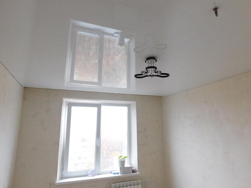 Белый потолок в помещении площадью 13 кв.м, без внутренней подсветки