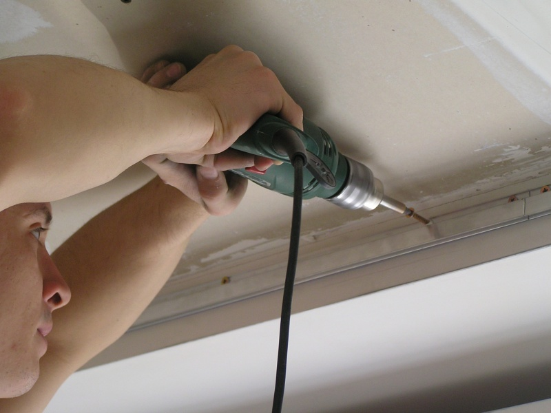 Установка багета к стене при креплении потолка