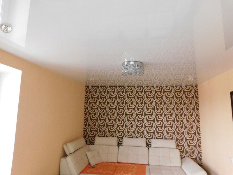 Потолок с подсветкой мощностью 10 ВТ, высота потолка 2,4 м, площадь комнаты 9 кв.м