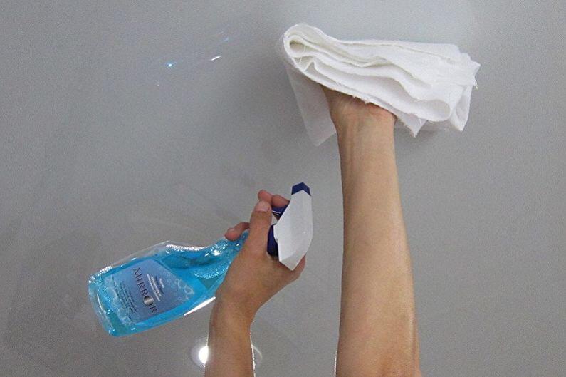Белый потолок в комнате с чистящим средством, высота потолка 2,4 м