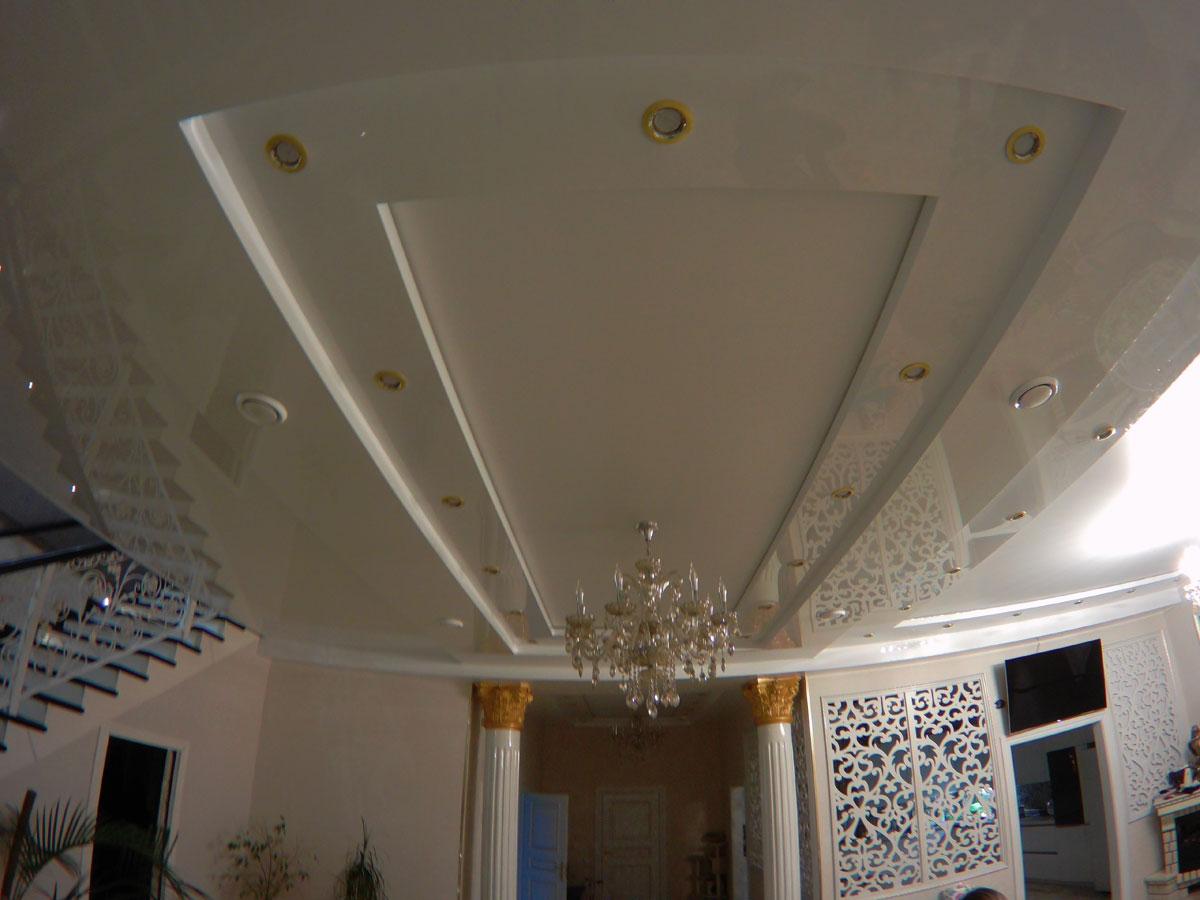 Двухуровневый глянцевый потолок, высота потолка 3 м, площадь 13 кв.м