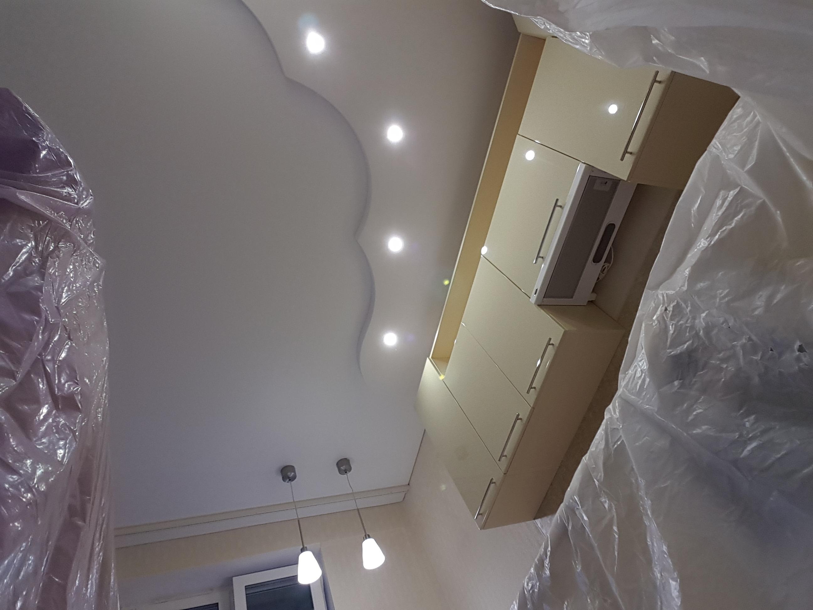Белый классический потолок со встроенными светильниками мощностью 10 Вт