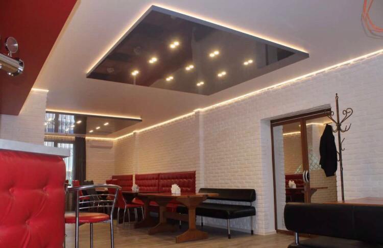 Многоуровневый сложный потолок, высота потолка 2,3 м, площадь помещения 20 кв.м