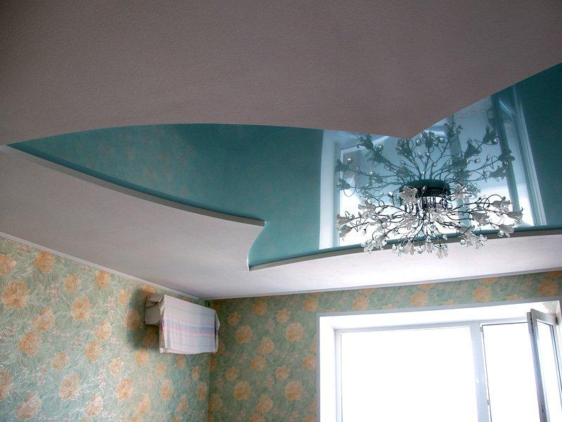 Криволинейный многоуровневый потолок с люстрой, площадь комнаты 15 кв.м