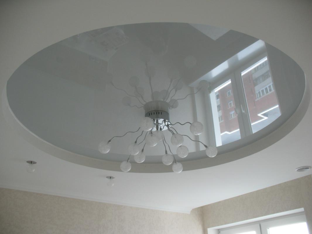 Двухуровневый сатиновый потолок с круглой глянцевой вставкой и встроенным освещением, высота потолка 2,2м