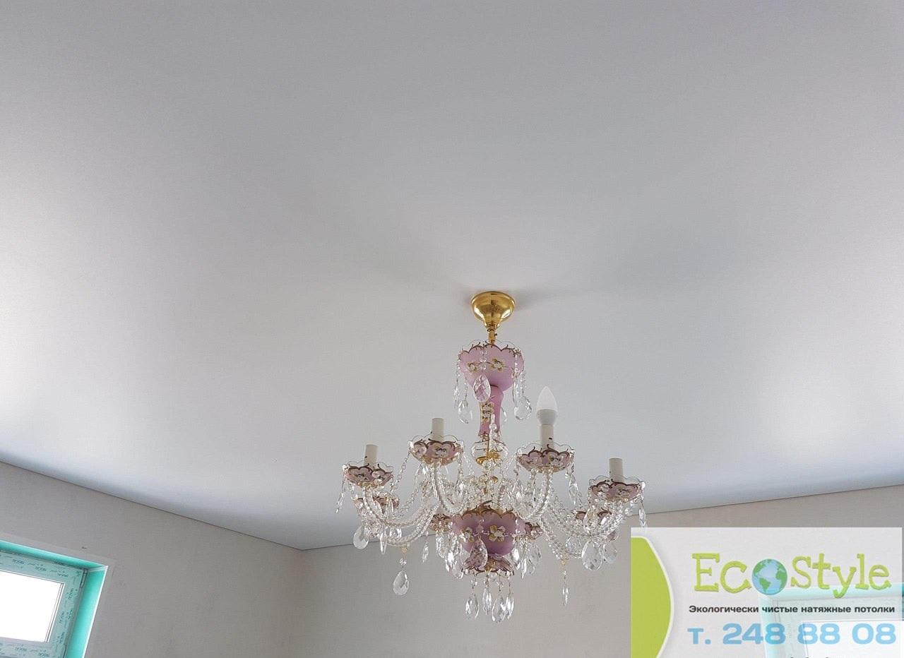 Одноуровневый бесшовный белый потолок с люстрой, площадь потолка 20 кв.м