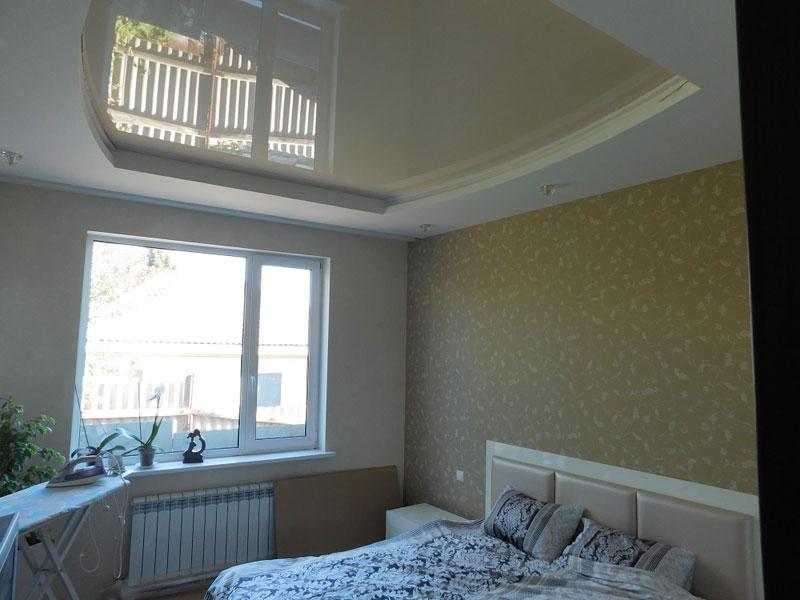 Многоуровневый светлый потолок, мощность светильников 10 ВТ, высота потолков 2,2м
