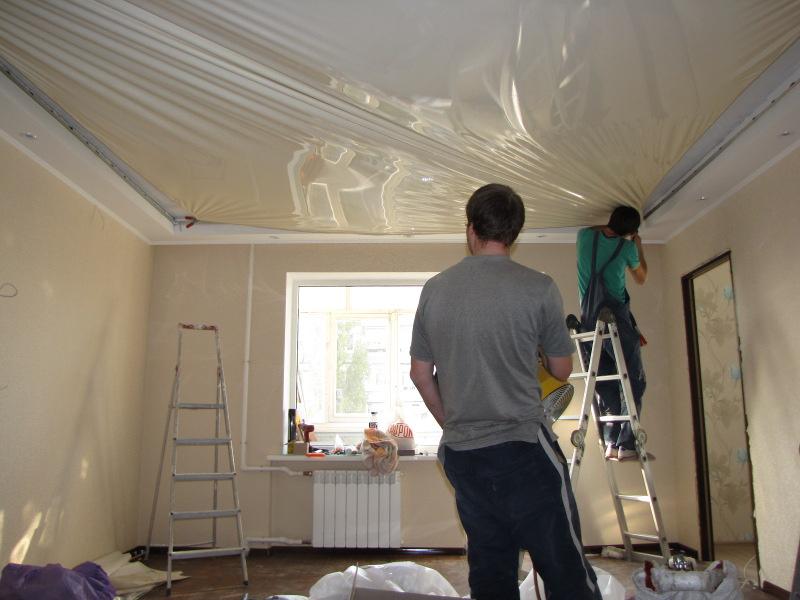 Установление глянцевого, бесшовного потолка, площадь комнаты 13 кв.м