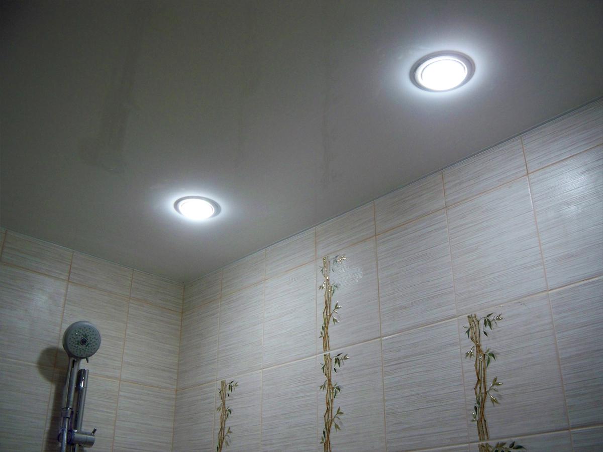 Потолок со светильниками мощностью 10 Вт, высота потолка 2,4 м