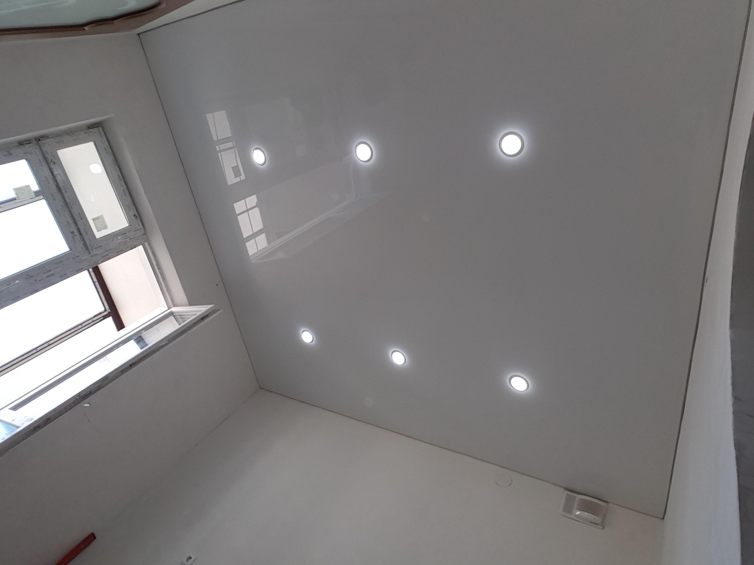 Белый потолок для кухни площадью 8 кв.м, высота потолков 2,4 м