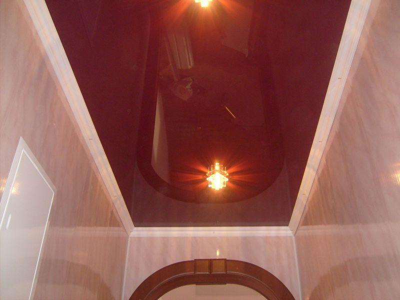 Глянцевый потолок, высота потолков 2,2м, площадь коридора 7 кв.м
