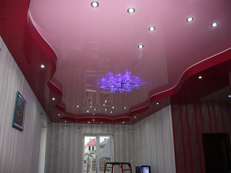 Криволинейный,красно-розовый потолок в зале, высота потолков 2,2м