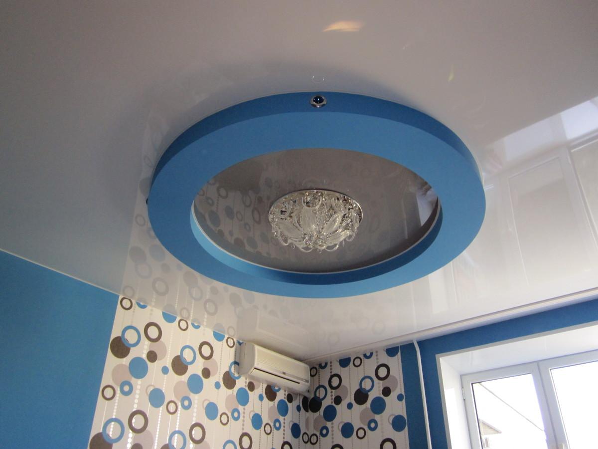 Двухуровневый потолок с люстрой, площадь кухни 10 кв.м