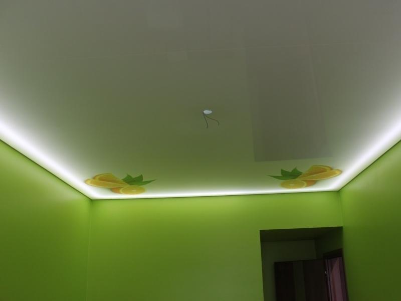 Современный потолок с фотопечатью и светодиодными линиями в комнате площадью 17 кв.м