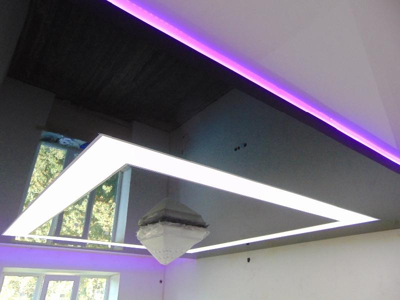 Потолок глянцевый двухуровневый с люстрой, площадь потолка 13 кв.м