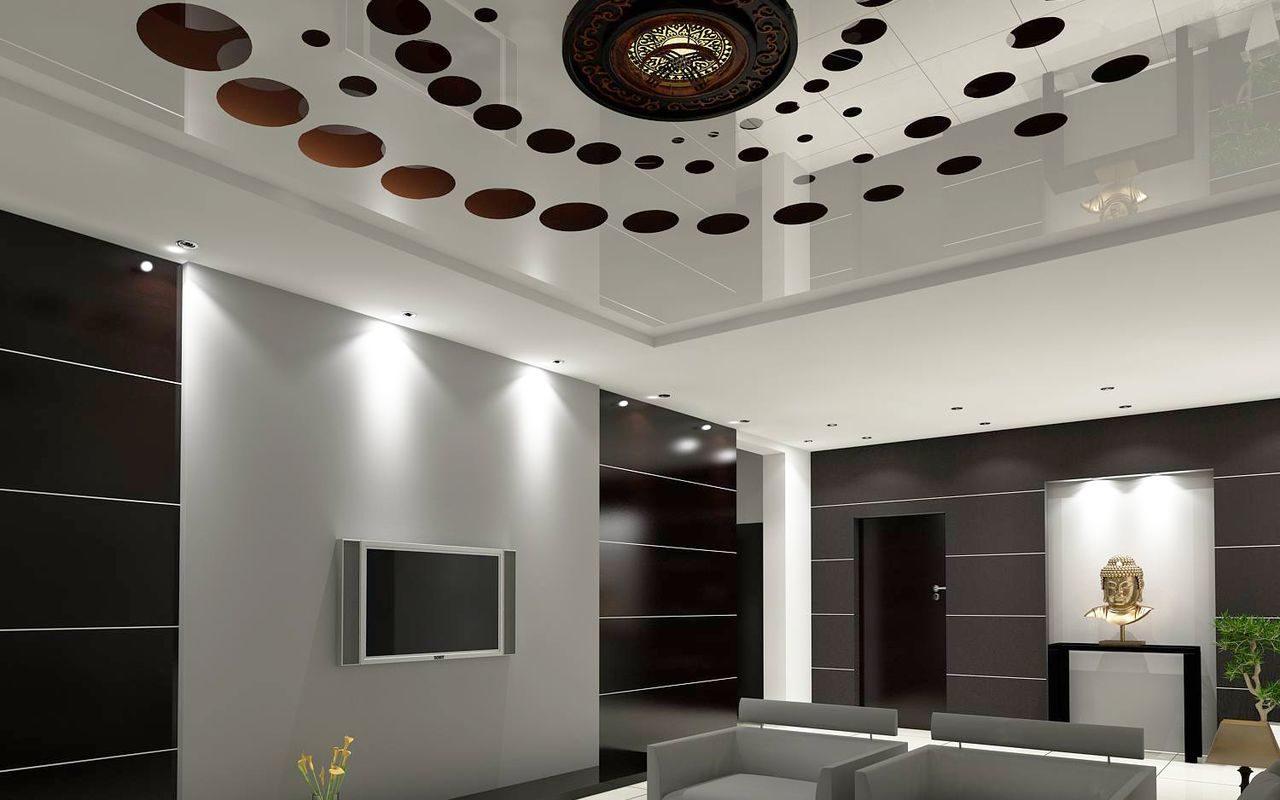 Резной потолок с множеством кругов длина 4 метра ширина 5 метров, с люстрой посередине