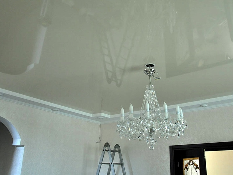 Потолок в зале многоуровневый, бесшовный, с подсветкой встроенной, высота потолка 2,2 м