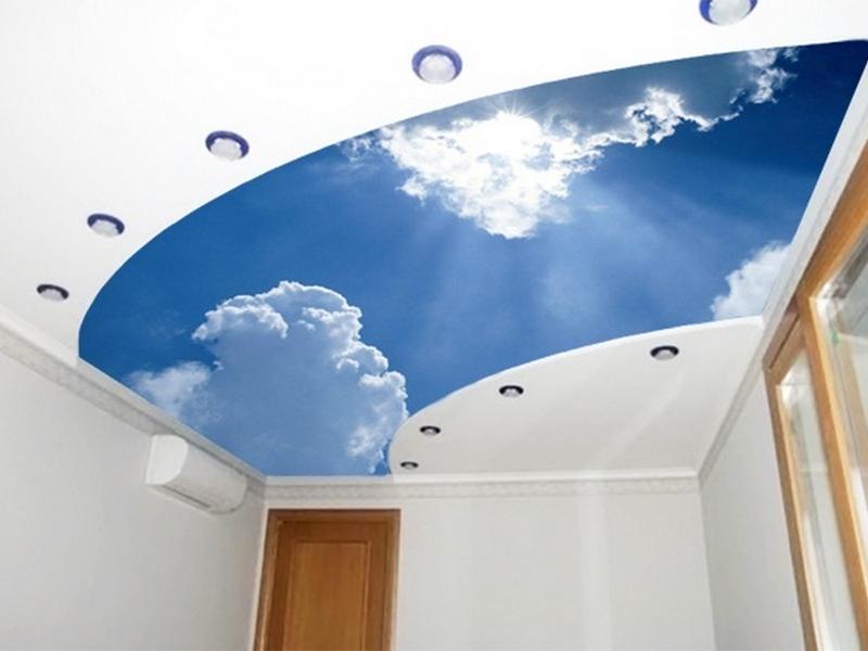 Потолок с фотопечатью бесшовный двухуровневый криволинейный, площадь комнаты 12 кв.м