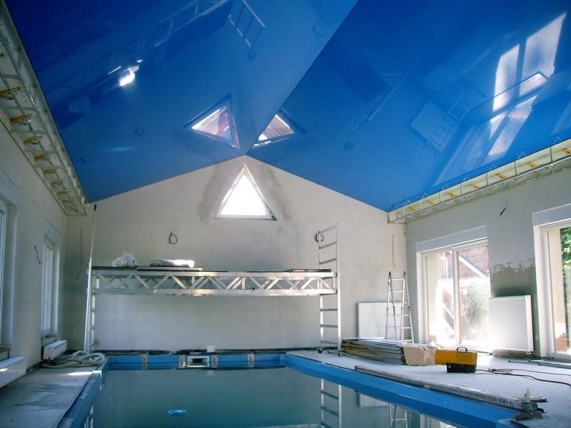 Стильный экологический двухуровневый потолок с точечными светильниками, площадь комнаты 14 кв.м