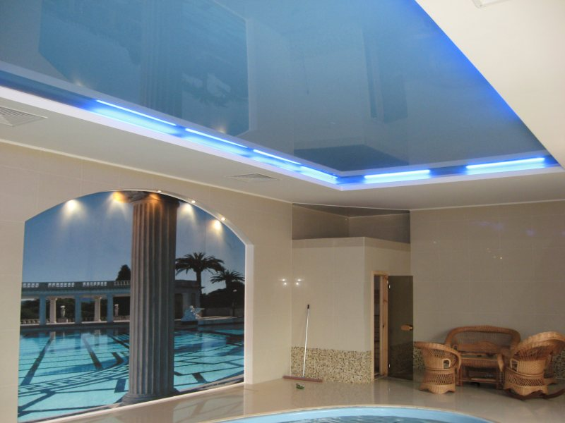 Современный бесшовный двухуровневый потолок с подсветкой, высота потолков 2.5 м